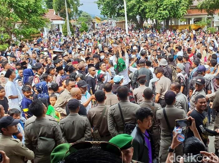 Rayakan OTT Bupati Cianjur, Massa: Hidup KPK!