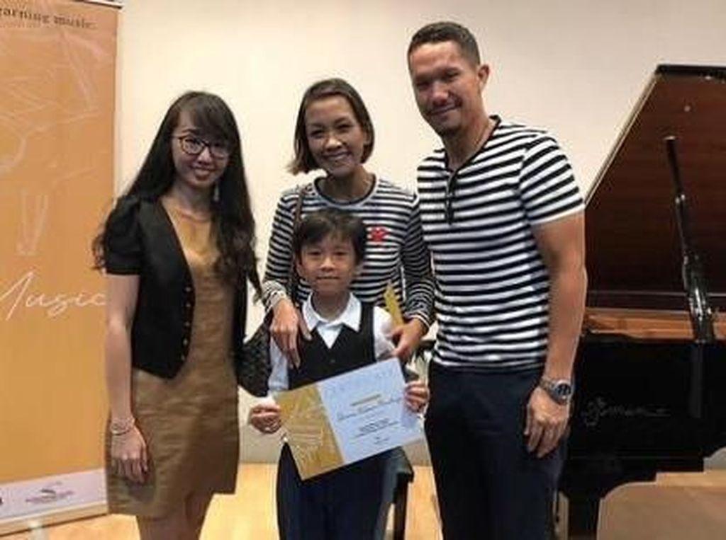 Tetap Harmonis, Melanie Putria dan Angga Nonton Anak Konser Piano