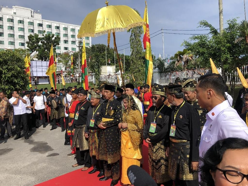 Disematkan Keris, Jokowi Resmi Bergelar Datuk Seri Amanah Negara