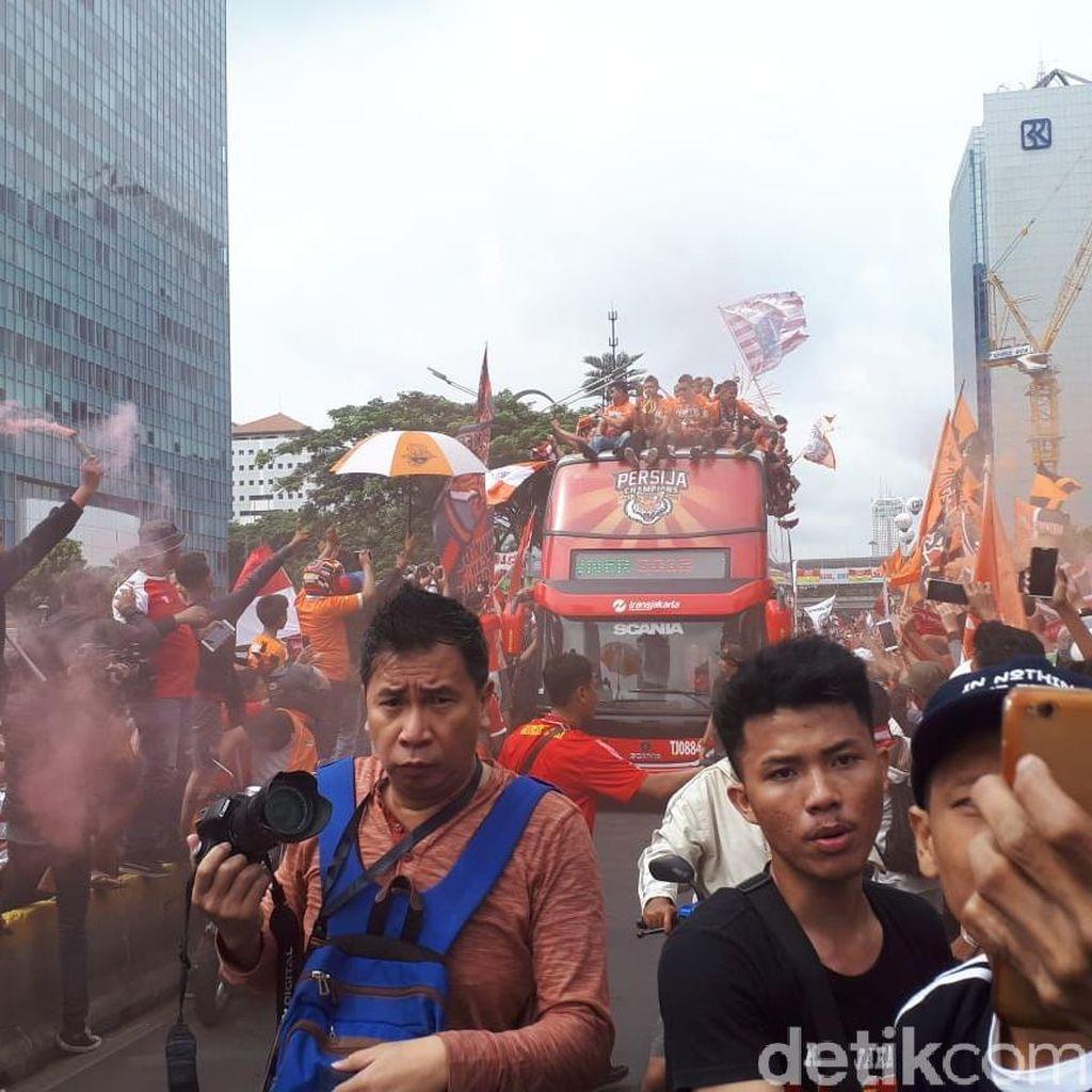 Iring-iringan Pawai Persija Sapa Fans di Kawasan Karet