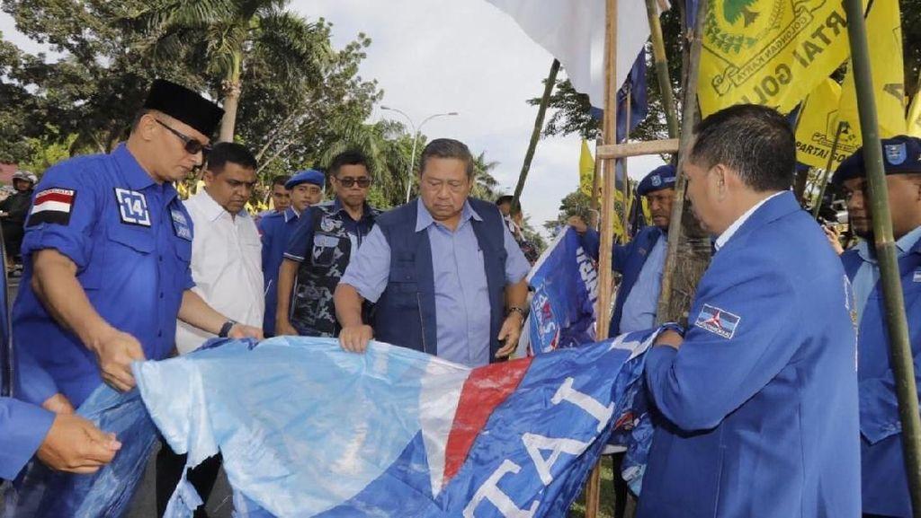Potret Sedihnya SBY Baliho-Bendera PD Dibuang ke Parit