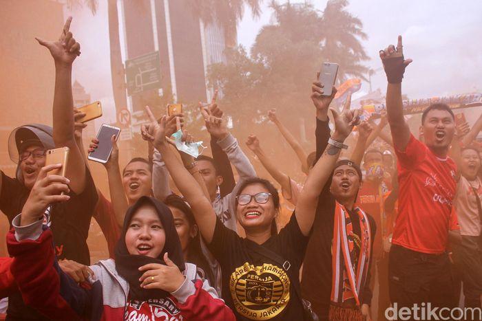 Ekspresi The Jakmania Persija saat pawai merayakan gelar juara Persija Jakarta.