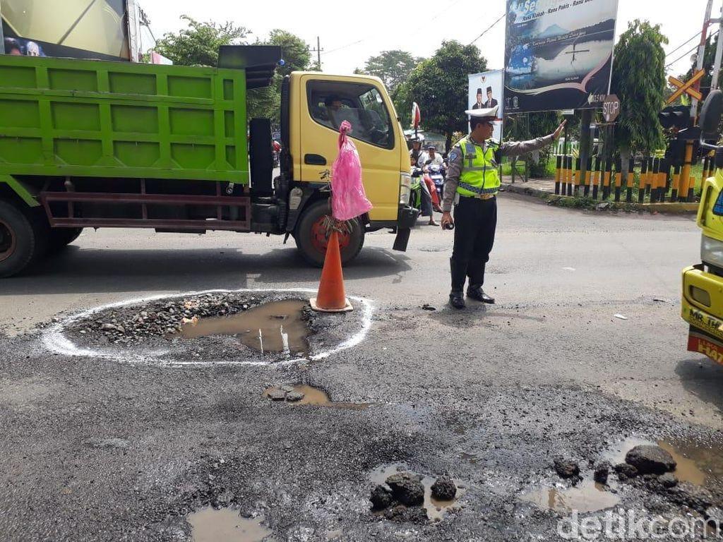 Pipa Bocor Bikin Aspal di Lumajang Terkelupas, Polisi Beri Tanda
