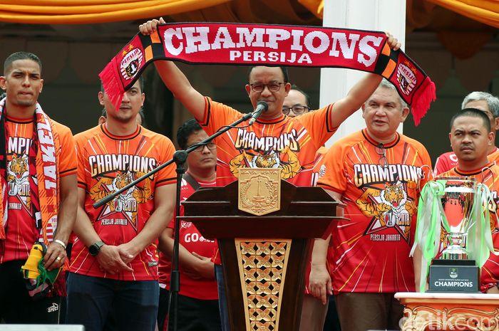 Gubernur DKI Jakarta Anies Baswedan menyambut massa pawai Persija Juara tiba di Balai Kota. Begini gayanya saat menyambut juara Liga 1 Indonesia.