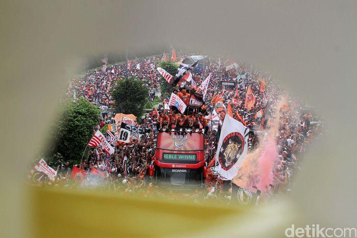 Setelah sempat ditunda akhirnya Persija Jakarta merayakan pesta kemenangan bersama The Jakmania di Jakarta, Sabtu (15/12).