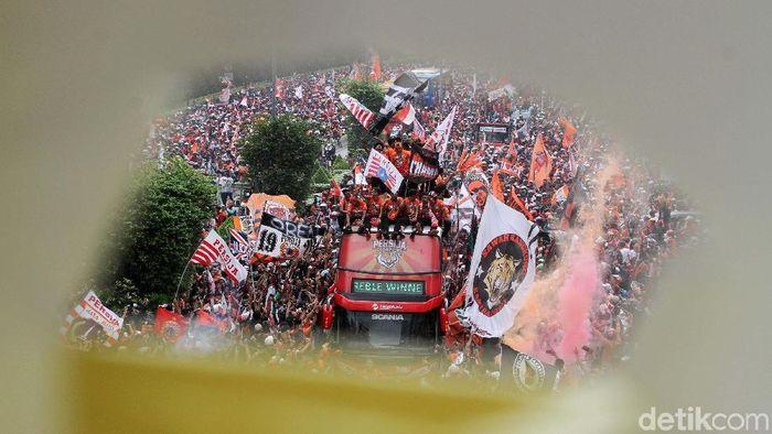 Sang juara Persija Jakarta menempati peringkat kedua klub dengan jumlah penonton terbanyak. Sebanyak 372.423 penonton setia mendukung Macan Kemayoran sehingga sukses meraih gelar juara pertama selama nyaris dua dekade. Foto: Rifkianto Nugroho