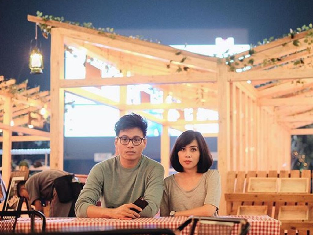 Intip 6 Foto Romantis Rendy Pandugo Bersama Istri