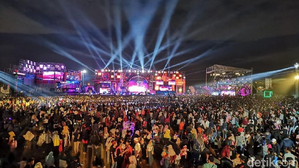 Ratusan Ribu Penonton Berpesta di Panggung Megah Sweet 17 Transmedia