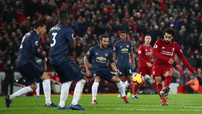 Mohamed Salah mencari gol pertama ke gawang Manchester United (Clive Brunskill/Getty Images)