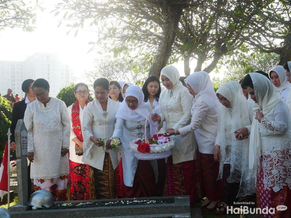 Khusyuknya Doa Iriana Jokowi Saat Kunjungi Taman Makam Pahlawan