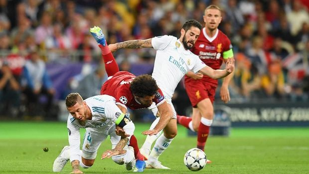 KIEV, UKRAINE - MAY 26:  Mohamed Salah of Liverpool falls and lands on his shoulder after a collision with Sergio Ramos of Real Madrid, leading to him going off injured during the UEFA Champions League Final between Real Madrid and Liverpool at NSC Olimpiyskiy Stadium on May 26, 2018 in Kiev, Ukraine.  (Photo by Michael Regan/Getty Images)