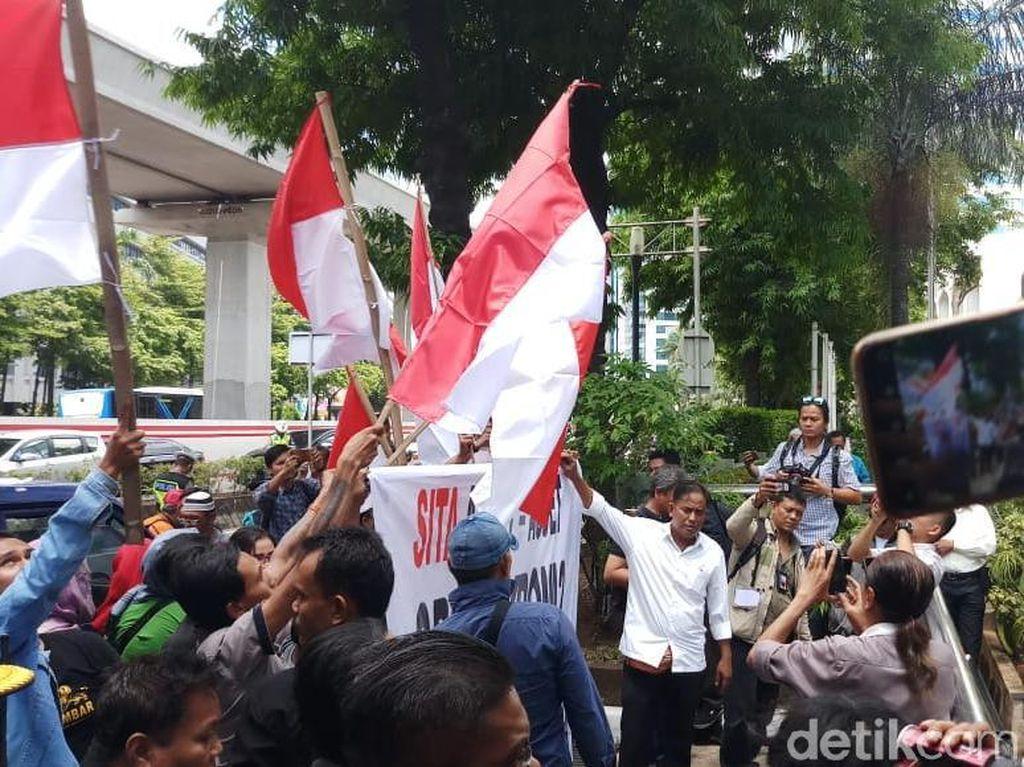 Massa Demo Tuntut Negara Segera Rampas Gedung Granadi
