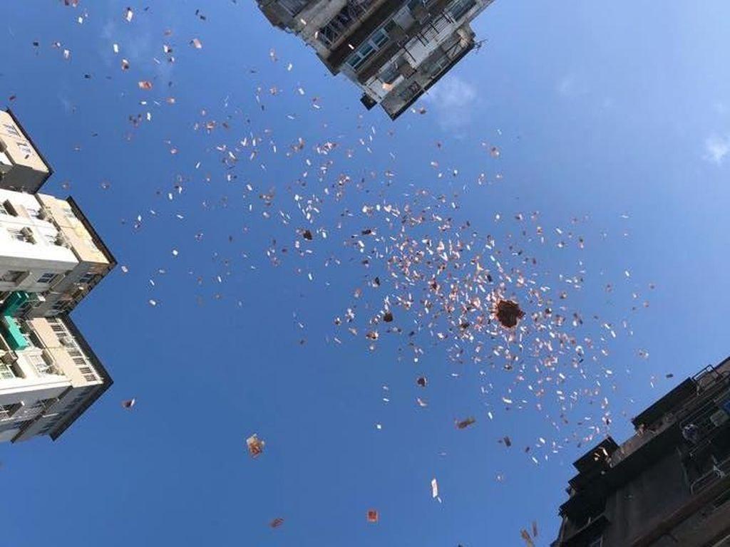 Hebohnya Hujan Uang di Jalanan Hong Kong