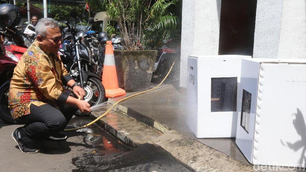 Ketua KPU Semprot Kardus Kotak Suara dengan Air, Hasilnya?