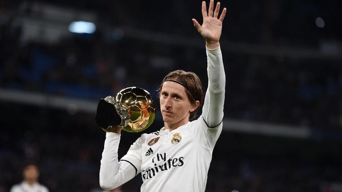 MADRID, SPAIN - DECEMBER 15:  Luka Modric of Real Madrid presents his Ballon dOr Trophy to the crowd prior to the La Liga match between Real Madrid CF and Rayo Vallecano de Madrid at Estadio Santiago Bernabeu on December 15, 2018 in Madrid, Spain.  (Photo by Denis Doyle/Getty Images)