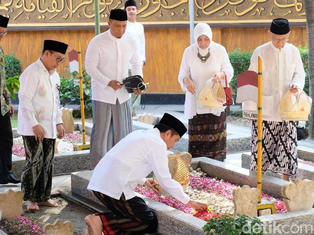 Ke Jombang, Jokowi Bertemu Gus Sholah dan Ziarah ke Makam Gus Dur
