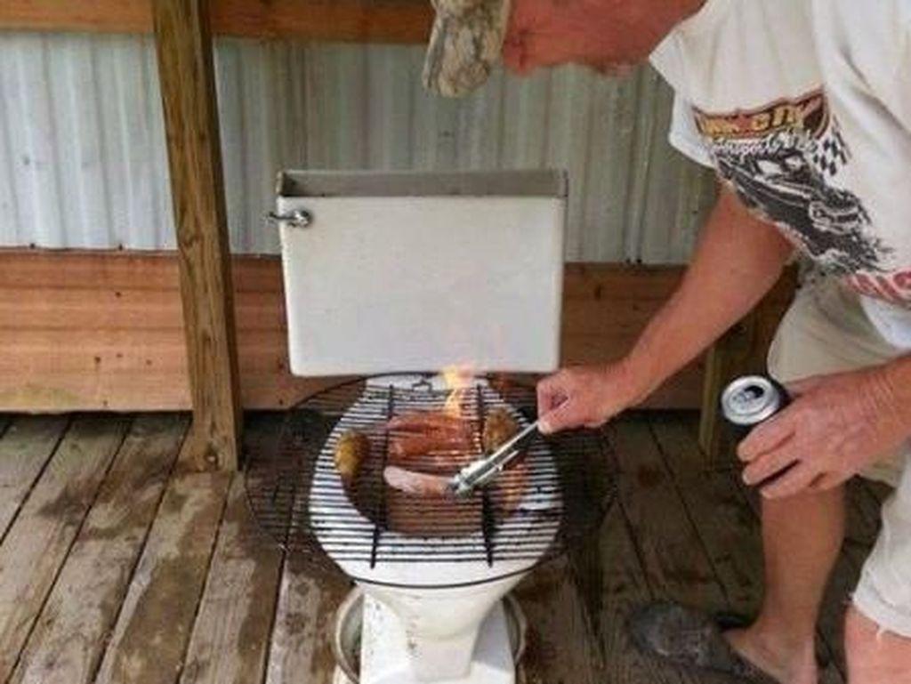 Simpan Lobster hingga Bakar Sate, Ini 10 Foto Kocak Makanan di Toilet
