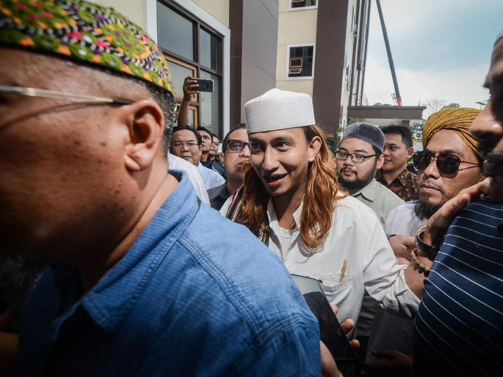 Habib Bahar Ditahan, Ini Momen Saat Ia Tiba di Polda Jabar Siang Tadi