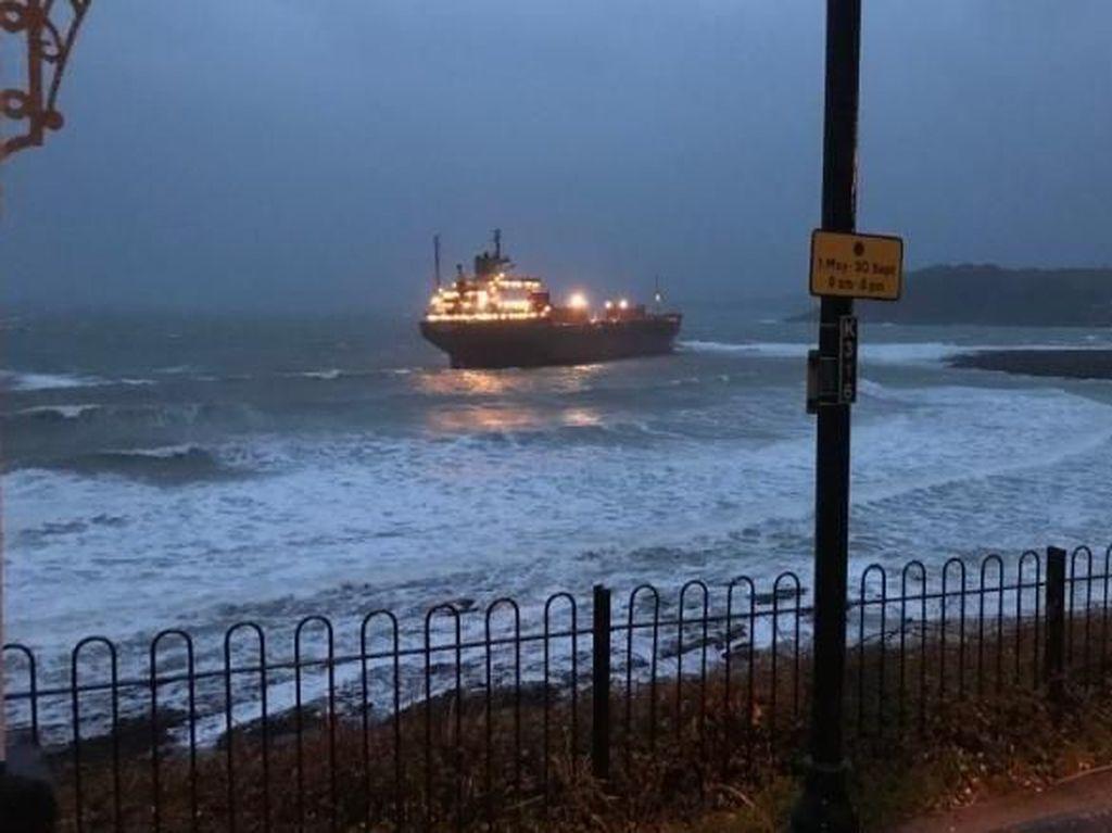 Video: Kapal Kargo Rusia Nyangkut di Pantai Inggris