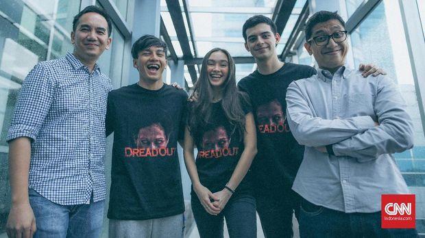 Kimo Stamboel (kanan) bersama para pemain dan produser 'DreadOut'.