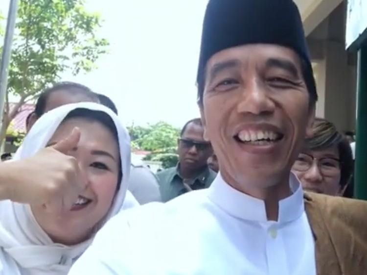 Ditemani Yenny Wahid, Jokowi Jajal Kopi Keliling di Bangkalan