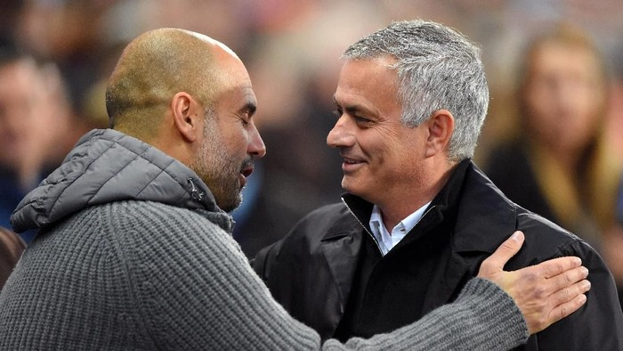 MANCHESTER, ENGLAND - NOVEMBER 11:  Josep Guardiola, Manager of Manchester City and Jose Mourinho, Manager of Manchester United embrace prior to the Premier League match between Manchester City and Manchester United at Etihad Stadium on November 11, 2018 in Manchester, United Kingdom.  (Photo by Mike Hewitt/Getty Images)