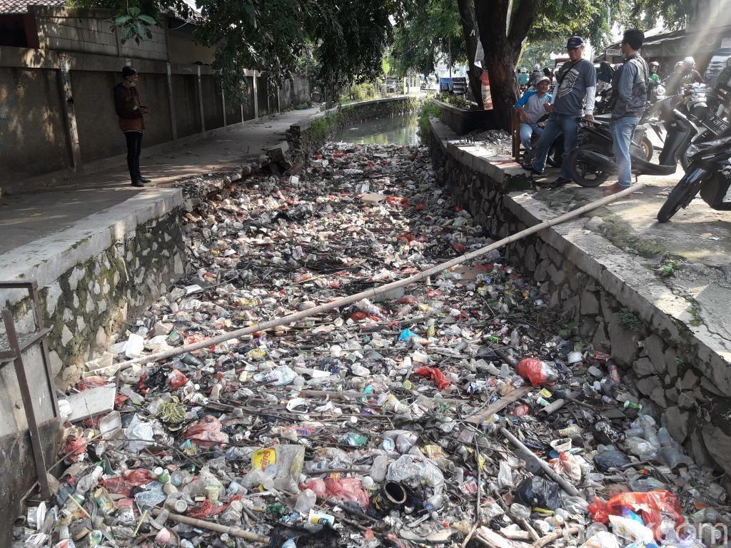 Jorok! Sampah Menumpuk di Kali Pengairan Bekasi