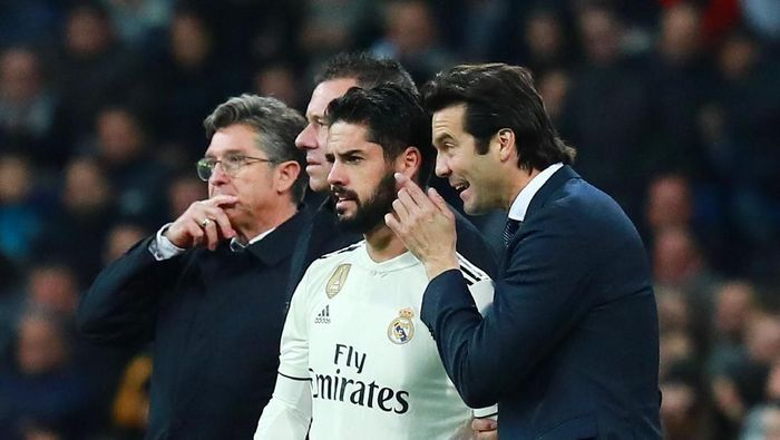 Gelandang Real Madrid Isco dan pelatihnya, Santiago Solari, rupanya memang tidak akur. (Foto: Gonzalo Arroyo Moreno/Getty Images)