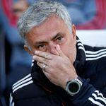 Ouch, Mourinho Jatuh Memalukan di Pertandingan Hoki Es