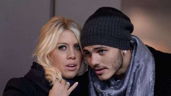 MILAN, ITALY - JANUARY 13:  Wanda Nara and Mauro Icardi attend the Serie A match between FC Internazionale Milano and AC Chievo Verona at San Siro Stadium on January 13, 2014 in Milan, Italy.  (Photo by Claudio Villa/Getty Images)