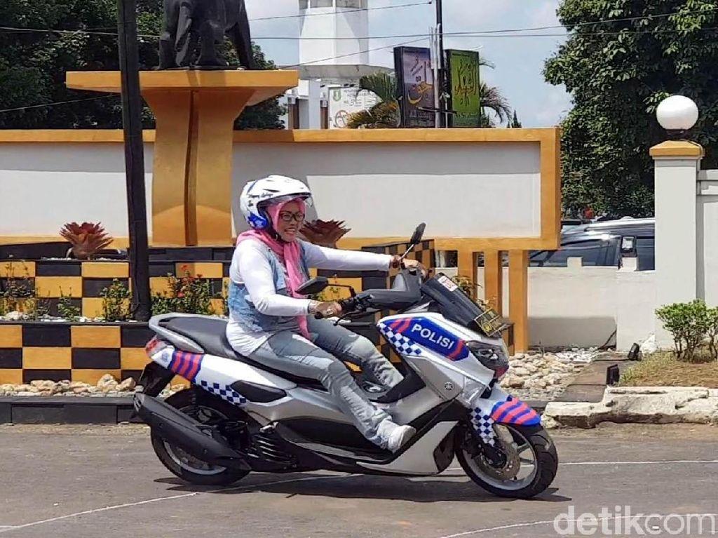 Riuhnya Emak-emak Diajak Polantas Praktik Kendarai Motor