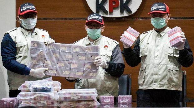 Penyidik menunjukkan barang bukti uang saat konferensi pers terkait Operasi Tangkap Tangan kasus korupsi pejabat pada Kementerian Pemuda dan Olahraga (Kemenpora) serta pengurus Komite Olahraga Nasional Indonesia (KONI) di Gedung KPK, Jakarta, Rabu (19/12/2018) malam.