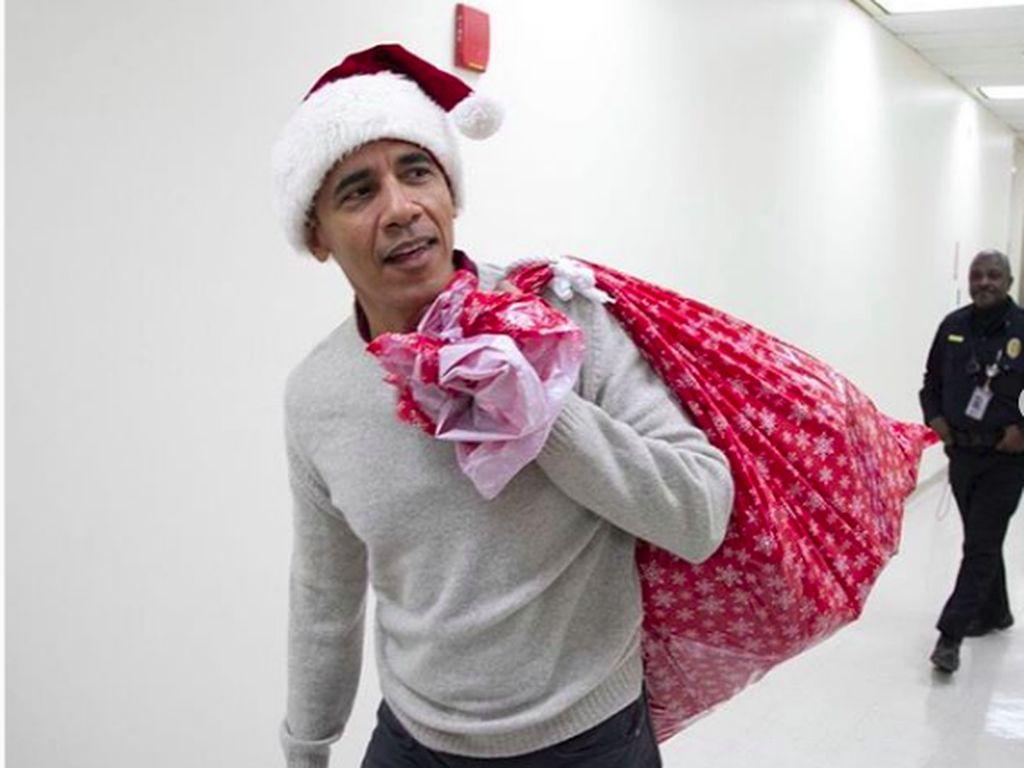 Saat Barack Obama Hibur Anak-anak di RS dengan Jadi Sinterklas