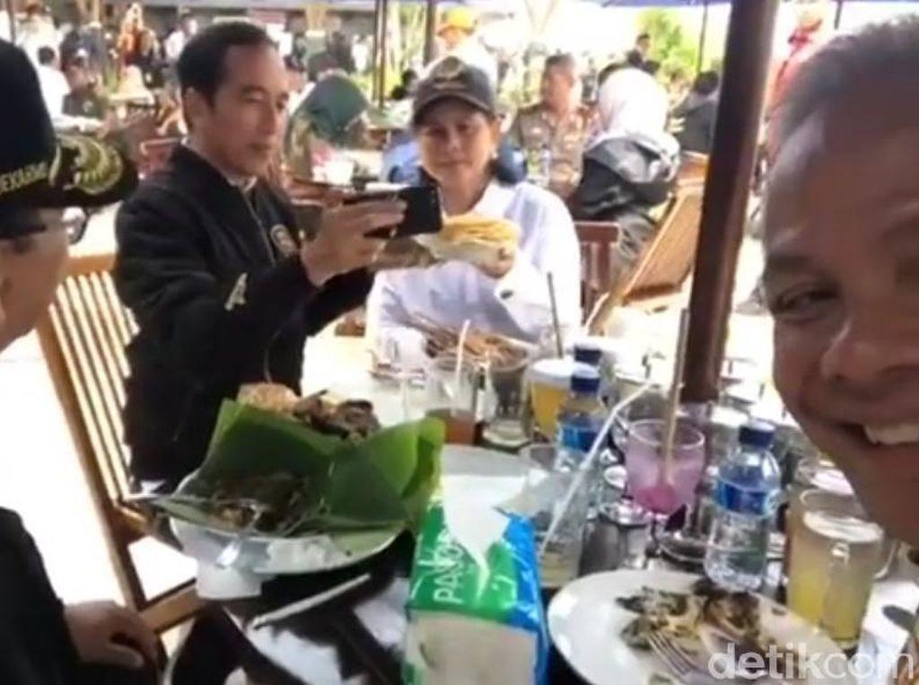Ngevlog Kuliner di Rest Area, Jokowi Pamer Pecel, Sate dan Karak