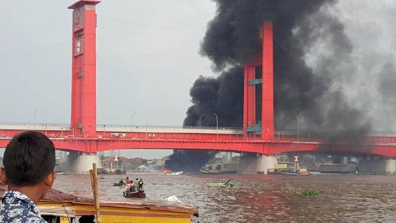 Kapal BBM Meledak di Bawah Jembatan Ampera, 7 Orang Luka Bakar
