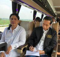 Jokowi didampingi Iriana saat menjajal Tol Trans Jawa.