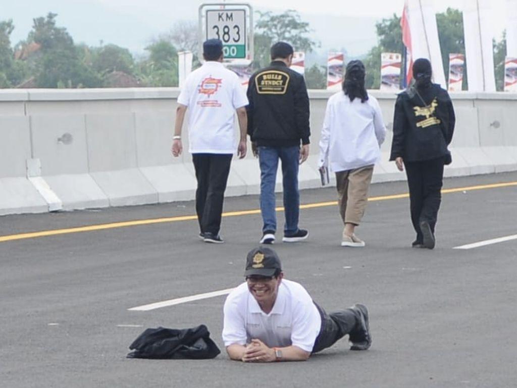 Gaya Pramono Selebrasi Tol Trans Jawa: Tiduran di Aspal
