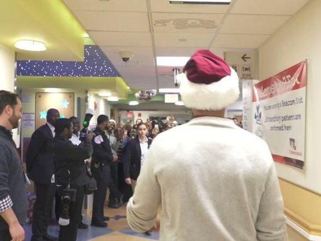 Jadi Sinterklas, Obama Beri Kejutan Manis Untuk Anak-anak di RS