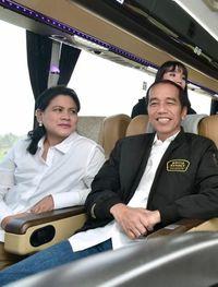 Selama perjalanan, Jokowi tampak mesra berbincang dengan istrinya itu.