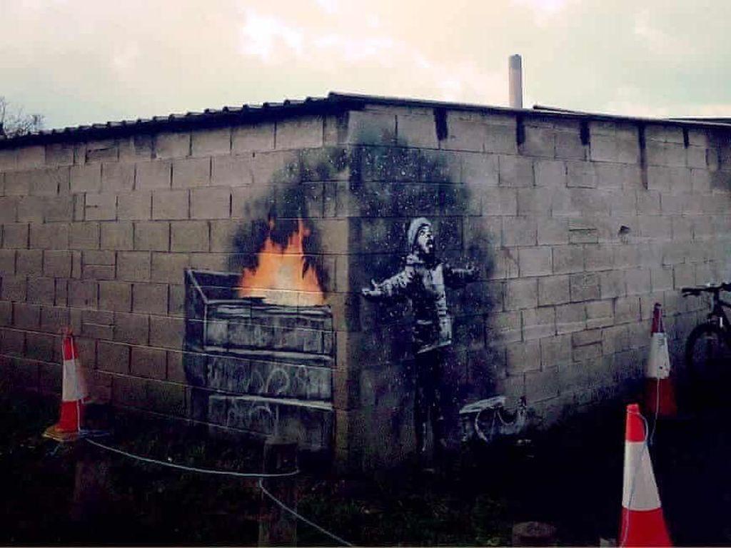 Mural Banksy di Kota Inggris Paling Tercemar Tak Jadi Dipindahkan