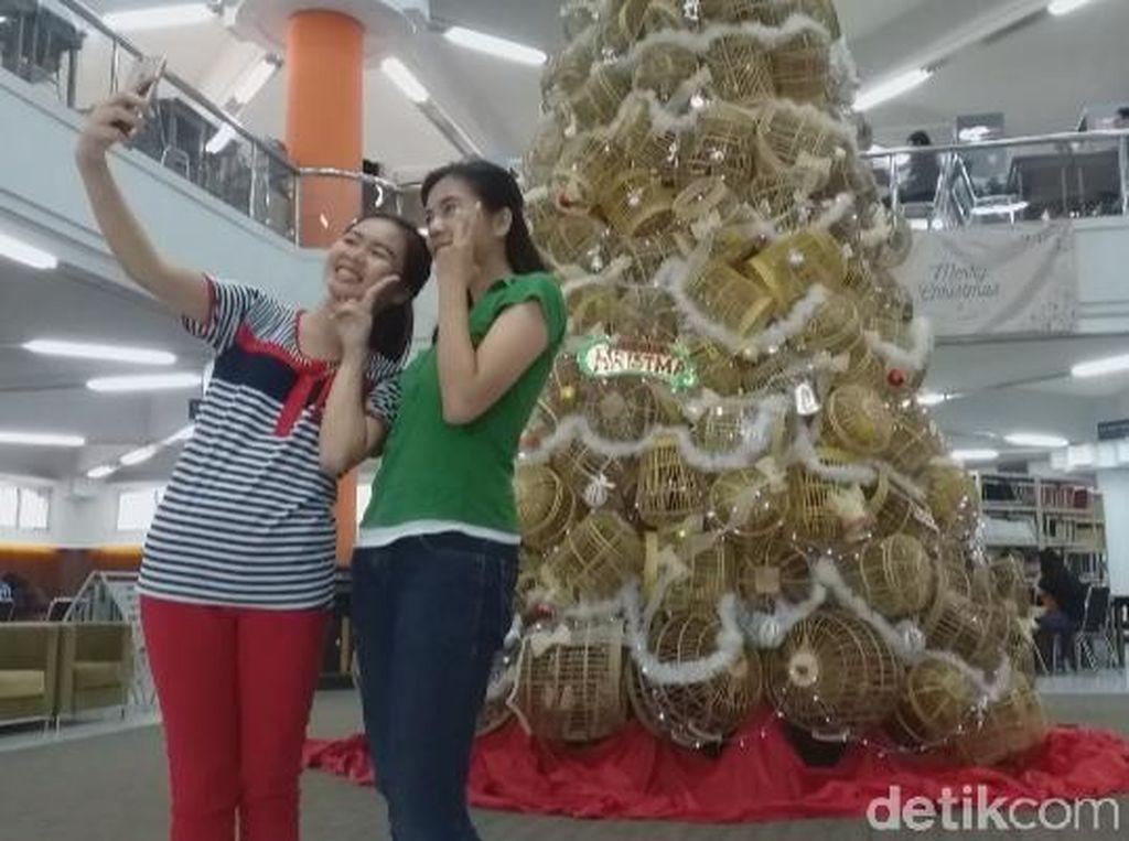 Kreatif, Kampus di Surabaya Bikin Pohon Natal dari Sangkar Bambu