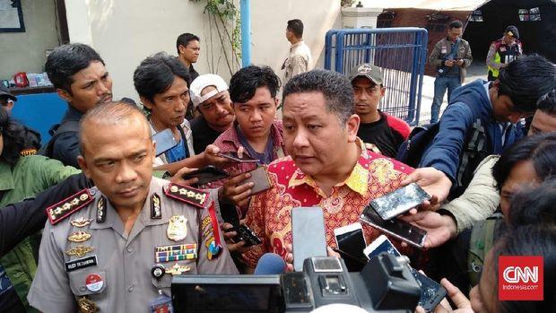 Wakil Wali Kota Surabaya Whisnu Sakti Buana didampingi Kapolrestabes Surabaya  Kombes Pol Rudi Setiawan  saat meninjau lokasi jalan Gubeng yang ambles, Kamis (20/12).