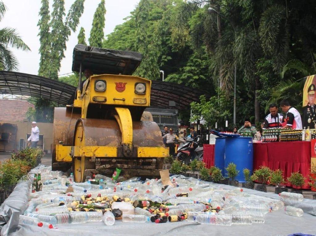 Polisi Musnahkan 1.325 Botol Miras Hasil Cipta Kondisi di Gresik
