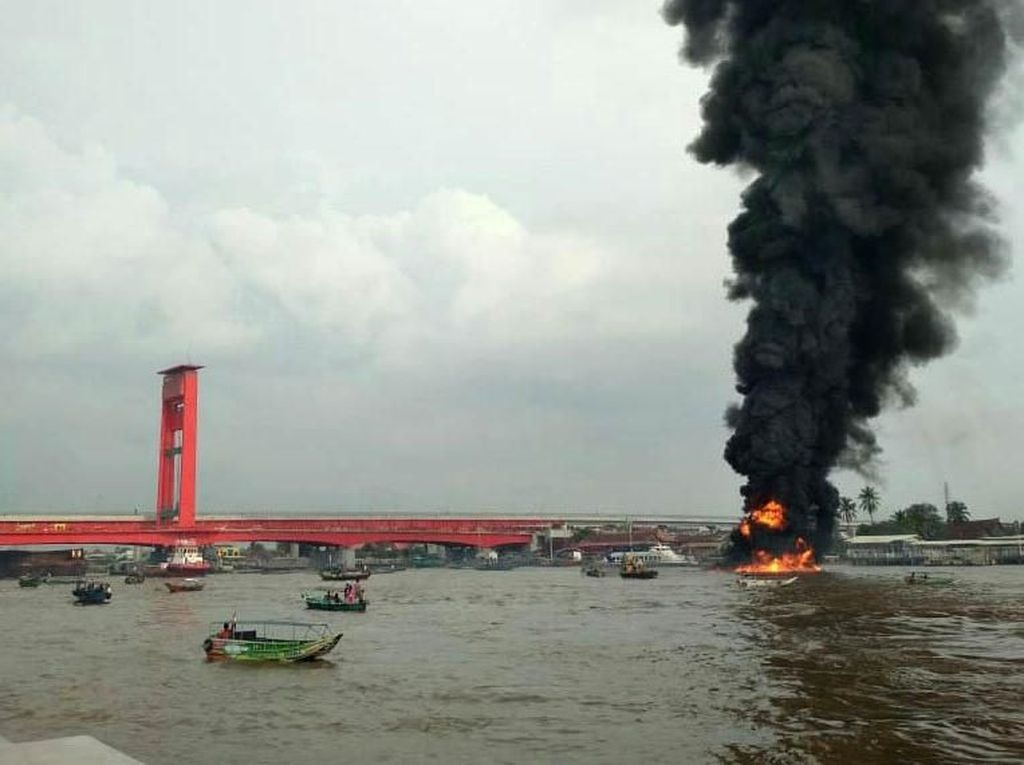 Kapal Pengangkut BBM Karam Setelah Meledak di Perairan Sungai Musi
