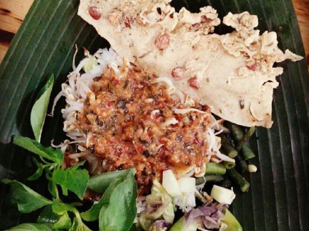 Promosikan Pecel Mangunsuman Ratusan Pincuk Nasi Pecel Dibagikan Gratis