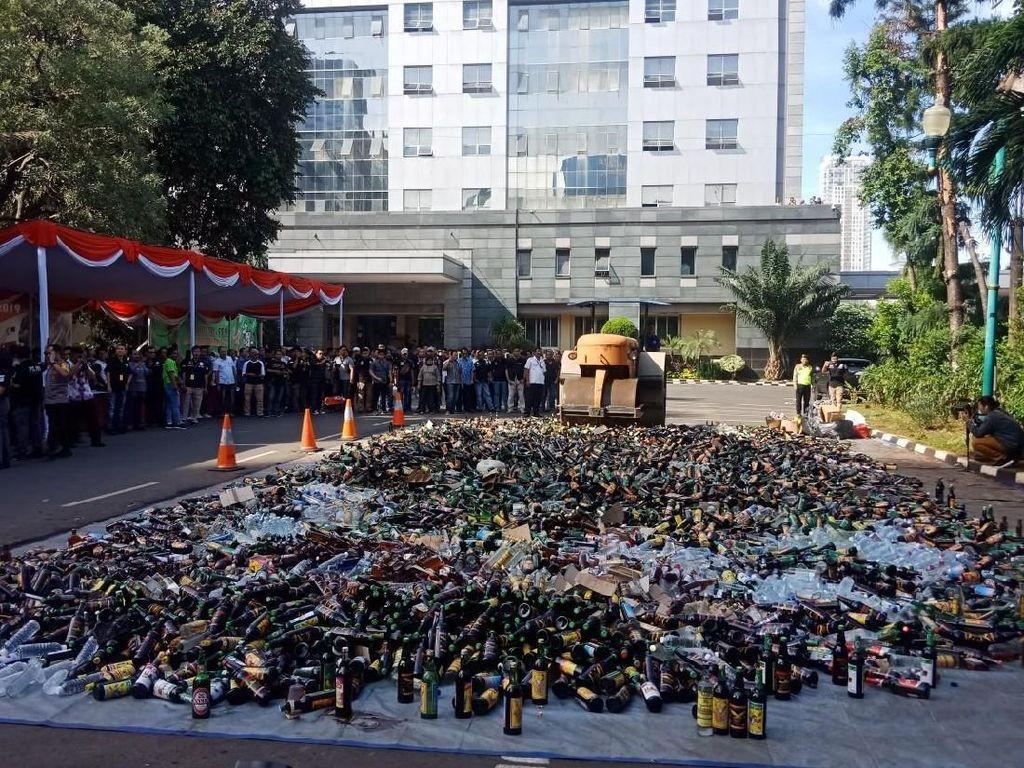 Polda Metro Jaya Musnahkan 8 Ribu Botol Miras