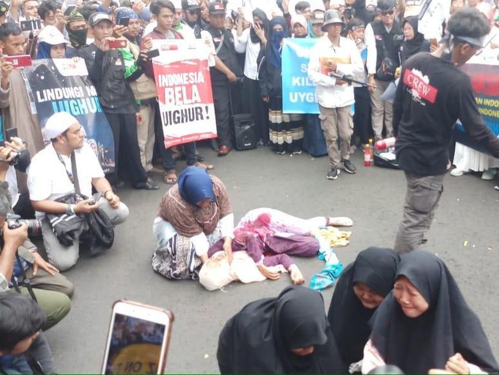 Massa Aksi 2112 Gelar Teaterikal Penindasan Uighur Depan Kedubes China