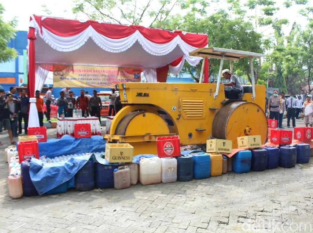Ribuan Liter Miras Senilai Rp 100 Juta Dimusnahkan Polisi Lamongan