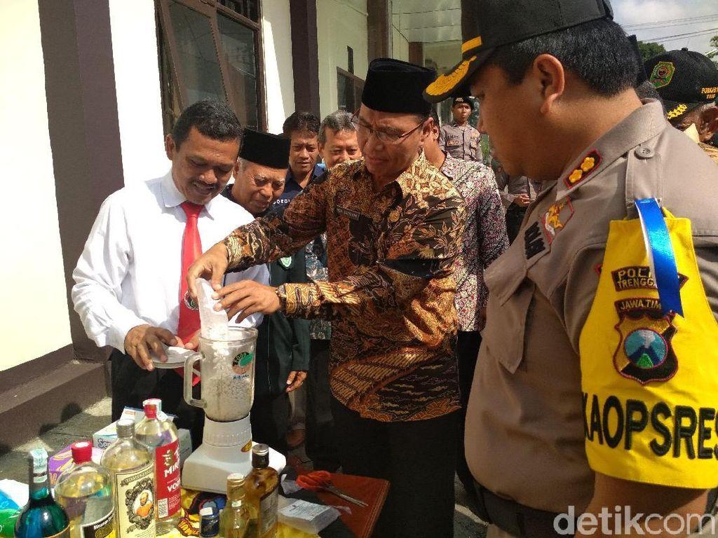 Polisi di Trenggalek Musnahkan Ribuan Pil Koplo dengan Diblender