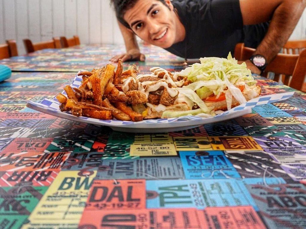 Pose Keren Mena Massoud, Pemeran Aladdin Makan Menu Vegan